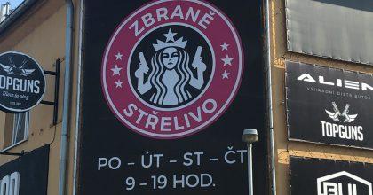 Pražská prodejna zbraní využila logo Starbucks