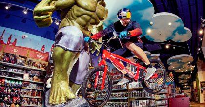 Red Bull ahračkářský řetězec Hamleys otevřou společný obchod vPraze