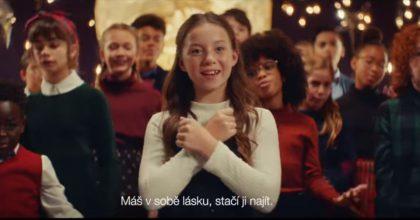 Milka vevánoční kampani zpívá pro neslyšící