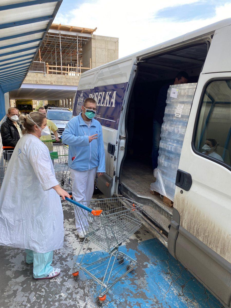 2000 lahví do nemocnice Motol od Bílinské kyselky pro zdravotniky
