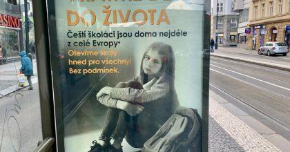 Vraťme děti doživota! Prahu pokryly plakáty podporující otevření škol pro všechny