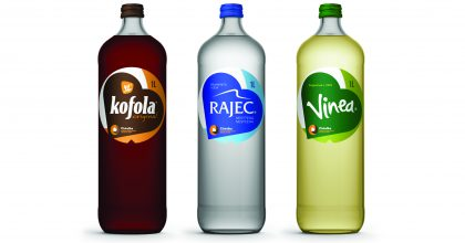 Kofola přichází svratnými skleněnými lahvemi jako alternativou kPET