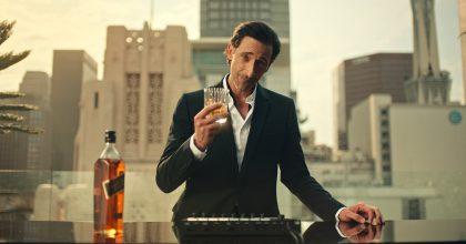 Na zdraví, říká Adrien Brody vnovém spotu Johnnie Walker